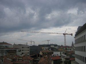 la gru in primo piano è già pronta nell'area tra via Brisa e via Gorani ( foto PGL, 9 settembre 2013 )